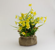 Gelbe gefälschte Blumen Stockfotos