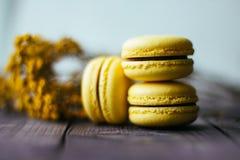 Gelbe geschmackvolle Makkaroniplätzchen auf der Platte Schokoriegel Kind-` s Geburtstag Stockfotos