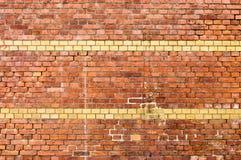 Gelbe gestreifte Backsteinmauer Stockbild