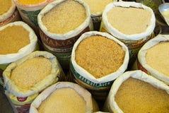 Gelbe Gewürze auf einem Lebensmittelmarkt Stockfoto