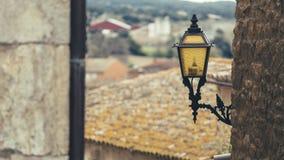 Gelbe Glühlampe auf einer Straßenlaterne Lizenzfreies Stockfoto