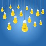 Gelbe Glühlampeillustration auf blauem Hintergrund Stockbilder