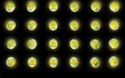 Gelbe Glühlampen auf Schwarzem Stockbild