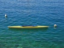 Gelbe Gondel auf blauem Meer Lizenzfreies Stockfoto
