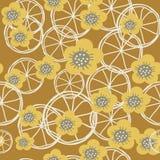 Gelbe, graue und weiße Blumen und Zitronen auf braunem Hintergrundmeer lizenzfreie abbildung