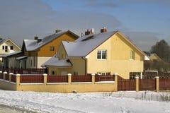 Gelbe Häuschen auf Schnee lizenzfreie stockfotos