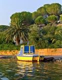 Gelbe hölzerne Fischerboote auf Reihe Korfu Lizenzfreie Stockfotografie