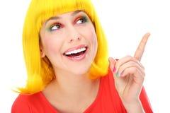 Gelbe Haarfrau, die oben zeigt Lizenzfreies Stockbild