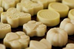 Gelbe handgemachte natürliche Seifen stockfotos