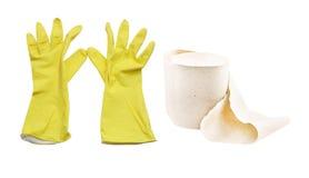 Gelbe Handschuhe und eine Rolle des Toilettenpapiers Lizenzfreies Stockfoto