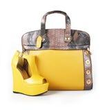 Gelbe Handtasche und Keilschuh Stockbild