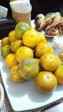 Gelbe Haut der orange Frucht in der Tabelle jpg stockbilder