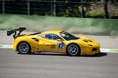 Gelbe Herausforderung Ferraris 488 in der Aktion Lizenzfreies Stockbild