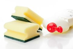 Gelbe Kücheschwämme und Abwaschflüssigkeit Lizenzfreie Stockbilder