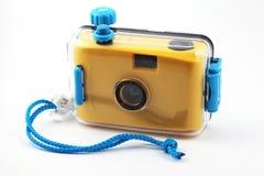 Gelbe Kamera im wasserdichten Kasten Stockbild