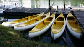 Gelbe Kanus oder Kajaks Stockfotografie