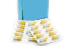 Gelbe Kapseln tablet Blisterpackung und blauen Pillenkasten Stockfotografie