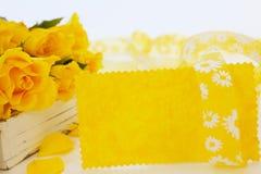 Gelbe Karte und gelbe Rosen Lizenzfreies Stockfoto