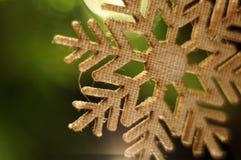 Gelbe Kegel auf weißem Hintergrund Schneeflocke, die an der Schnur hängt Bokeh Hintergrund Weihnachtsbaumzweig Lizenzfreie Stockfotografie