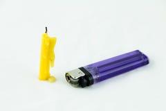 1 gelbe Kerze und 1 violettes Feuerzeug Stockfotos