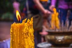 Gelbe Kerze und Weihrauch mit Unschärfehintergrund Stockfotos