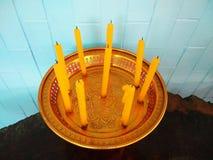 Gelbe Kerzen auf goldenem Behälter Stockbild