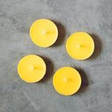 Gelbe Kerzen auf grauem Hintergrund Lizenzfreies Stockbild