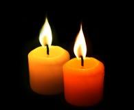 Gelbe Kerzen auf schwarzem Hintergrund Lizenzfreie Stockbilder