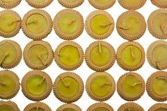 Gelbe Kerzen in den Tongefäßen Lizenzfreies Stockbild