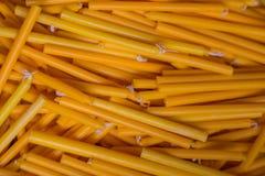 Gelbe Kerzen für religiöse Feier, Kerzenlicht Lizenzfreies Stockfoto