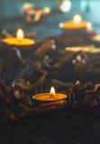 Gelbe Kerzen und plamennoi umgeben durch trockene Blumenblätter von Tulpen Stockfotos
