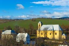 Gelbe Kirche im Dorf Stockfotografie