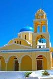 Gelbe Kirche in Santorini Stockfoto