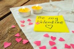 Gelbe klebrige Anmerkung für Heilig-Valentinstag und wenig rosa Brei Lizenzfreies Stockfoto