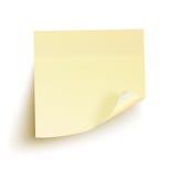 Gelbe klebrige Anmerkung getrennt auf weißem Hintergrund Stockfotografie