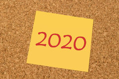 Gelbe klebrige Anmerkung - neues Jahr 2020 Stockfotografie