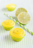 Gelbe kleine Kuchen, Kalk und Trinkhalme Stockfotos