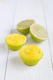Gelbe kleine Kuchen und geschnitten lizenzfreie stockfotos