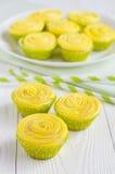 Gelbe kleine Kuchen und gestreifte Trinkhalme stockfotografie