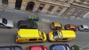 Gelbe Krankenwagen miteinander entgegengesetzt lizenzfreie stockbilder