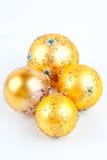 Gelbe Kugel des Weihnachten vier auf einem weißen Hintergrund stockfoto