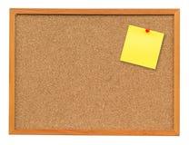 Gelbe leere Anmerkung über Korkenbrett auf lokalisiertem Weiß mit Ausschnitt Stockfotografie