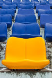 Gelbe leere Plastiksitze stockfoto