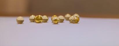 Gelbe lichtdurchlässige runde goldene Bälle Fische ROGEN, Öl Stockfotos