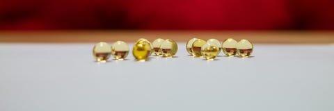 Gelbe lichtdurchlässige runde goldene Bälle Fische ROGEN, Öl Lizenzfreie Stockbilder