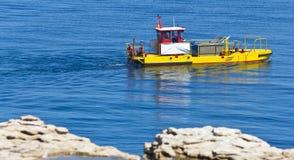 Gelbe Lieferung im Ozean stockfotos