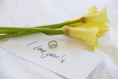 Gelbe lillies, zum Ihrer Liebe zu zeigen Stockbilder