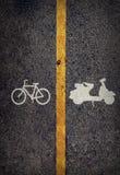 Gelbe Linie auf dem hohen Weise saperate für Fahrrad und Motorrad Stockbilder