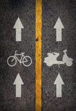Gelbe Linie auf dem hohen Weise saperate für Fahrrad und Motorrad Stockbild
