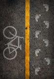 Gelbe Linie auf dem hohen Weise saperate für Fahrrad- und Wegweg Stockfotos